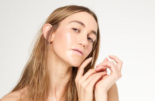 reborn-highlighter-golden-bliss-organic-ingredients-makeup-hand-holding-eyelashes-pestañas-largas-dewy-skin-iluminador-piel-jugosa-maquillaje-natural-glow