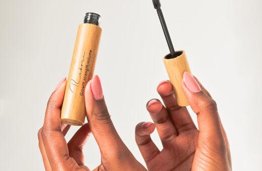 reborn-mascara-natural-organic-ingredients-makeup-hand-holding-eyelashes-pestañas