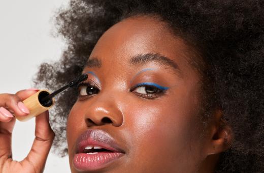 reborn-mascara-natural-organic-ingredients-makeup-hand-holding-eyelashes-pestañas-largas